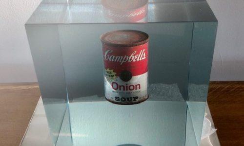 Limited editon, Andy Warhol  soup cans uit zijn 32 delig werk uit 1962 (pop art)vereeuwigd met zijn handtekening in de epoxy tot een 3 D kunst object.