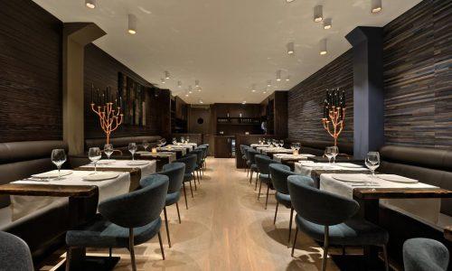 Forest Hotel Amstelveen Chique tafelen aan de ingegoten eiken tafelbladen in de hoogglans epoxy.